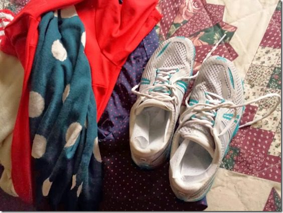 dryer sheets in running shoes packing trick (668x501)