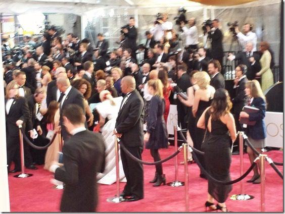 oprah steps on lady gagas dress (800x600)