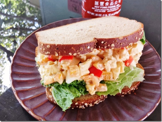 sriracha egg salad sandwich (800x600)