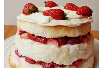 Easy Strawberries and Cream Cake