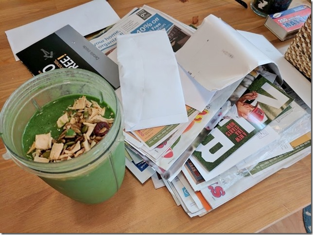 green smoothie and mail (800x600)